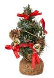 Kerstboom met klokken en kegels op witte achtergrond worden geïsoleerd die Royalty-vrije Stock Foto