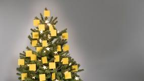 Kerstboom met 25 lege gele post-itnota's die wordt verfraaid stock foto's