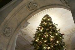 Kerstboom met Lichten en Decoratie in de Openbare Bibliotheek van New York Stock Afbeeldingen