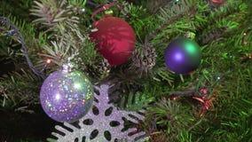 Kerstboom met nieuwe jaar` s ballen, sneeuwvlokken en een slinger wordt verfraaid die stock footage