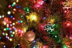 Kerstboom met Ornamenten & Decoratie Stock Afbeelding