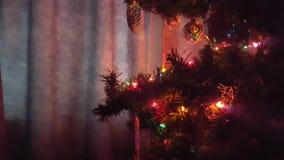 Kerstboom met Ornamenten en Lichten Zijaanzicht stock video