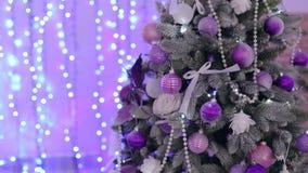 Kerstboom met purpere ballons Nieuw jaar Bokeh stock videobeelden