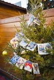Kerstboom met retro prentbriefkaaren wordt verfraaid die Stock Afbeelding