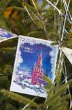 Kerstboom met retro prentbriefkaaren wordt verfraaid die Royalty-vrije Stock Afbeelding