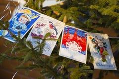 Kerstboom met retro prentbriefkaaren wordt verfraaid die Royalty-vrije Stock Foto's
