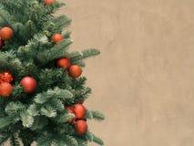 Kerstboom met rode ballen, op cementachtergrond die wordt verfraaid Stock Afbeeldingen