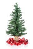 Kerstboom met rode die ballen bij wit worden geïsoleerd Royalty-vrije Stock Foto