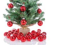 Kerstboom met rode die ballen wordt bij wit worden geïsoleerd verfraaid dat Stock Afbeeldingen