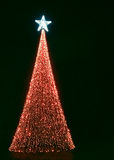 Kerstboom met rode lichten en heldere ster Royalty-vrije Stock Afbeeldingen