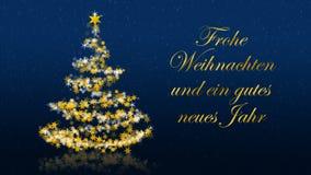Kerstboom met schitterende sterren op blauwe achtergrond, Duitse seizoenengroeten Stock Foto