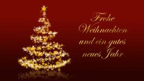 Kerstboom met schitterende sterren op rode achtergrond, Duitse seizoenengroeten Stock Foto