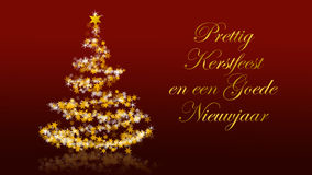 Kerstboom met schitterende sterren op rode achtergrond, Nederlandse seizoenengroeten Stock Foto's