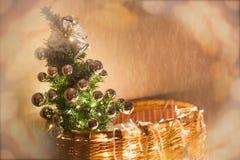 Kerstboom met slingers, close-up wordt verfraaid dat Kerstmisachtergrond, Nieuwjaar Royalty-vrije Stock Foto