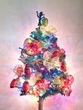 Kerstboom met slingers en lichten  Royalty-vrije Stock Afbeeldingen