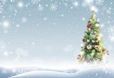 Kerstboom met sneeuw die in de winter vallen stock foto's