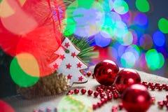 Kerstboom met snuisterij en cake Stock Afbeeldingen