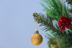 Kerstboom met snuisterijenclose-up die wordt verfraaid stock afbeelding