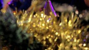 Kerstboom met speelgoed stock videobeelden