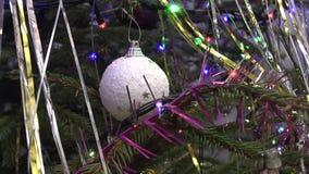 Kerstboom met speelgoed en slingers stock footage