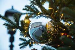 Kerstboom met speelgoed op de straat Stock Foto's