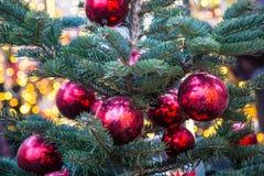 Kerstboom met speelgoed op de straat Stock Afbeelding