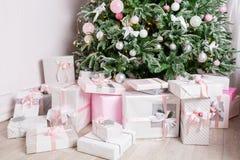 Kerstboom met speelgoed in zilveren en roze kleur wordt verfraaid die Daarin zien wij de ballons met van linten en lichten royalty-vrije stock foto's