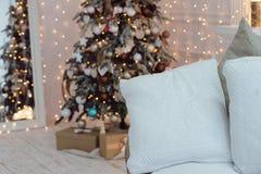 Kerstboom met uitstekende decoratie dichtbij open haard royalty-vrije stock foto