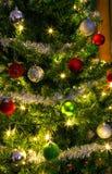 Kerstboom met zilveren versiering en lichten stock afbeeldingen