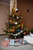 Kerstboom in moderne ruimte Stock Afbeeldingen