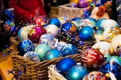 Kerstboom, nette takken, kegels Kerstmisspeelgoed, decoratie, giften Stock Fotografie