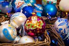Kerstboom, nette takken, kegels Kerstmisspeelgoed, decoratie, giften Stock Foto's