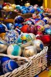 Kerstboom, nette takken, kegels Kerstmisspeelgoed, decoratie, giften Stock Afbeeldingen