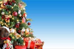 Kerstboom op blauwe achtergrond Stock Afbeeldingen