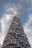 Kerstboom op blauwe hemelachtergrond Stock Foto