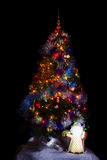 Kerstboom op de zwarte achtergrond Stock Foto