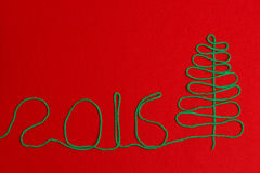 2016 Kerstboom op gevoeld rood Royalty-vrije Stock Foto