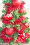 Kerstboom op het overzeese strand Het concept van de Kerstmisvakantie Royalty-vrije Stock Foto