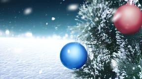 Kerstboom op het sneeuwland Royalty-vrije Stock Foto's
