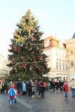 Kerstboom op oud stadsvierkant in Praag Stock Foto