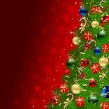 Kerstboom op rode achtergrond met snuisterijen Stock Fotografie