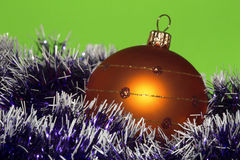 Kerstboom oranje decoratie met violette slinger stock foto's