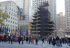 Kerstboom in Rockefeller-centrum die op verlichting worden voorbereid Stock Foto's