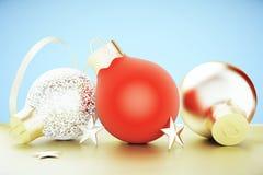 Kerstboom rode en gouden ballen met gouden sterren Stock Fotografie