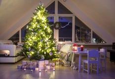 Kerstboom thuis stock foto