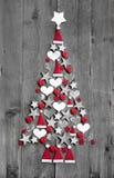Kerstboom uit decoratie op grijze houten achtergrond wordt samengesteld die Stock Fotografie