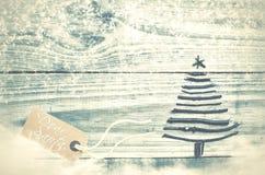 Kerstboom van droge stokken op houten, blauwe achtergrond wordt gemaakt die Stock Fotografie