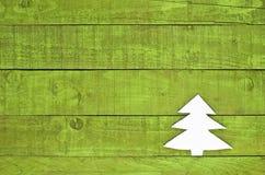 Kerstboom van gevoeld op groene houten achtergrond wordt gemaakt die Stock Afbeelding