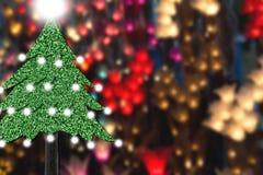 Kerstboom van grastextuur op onduidelijk beeld kleurrijke verlichting Royalty-vrije Stock Foto