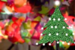Kerstboom van grastextuur op rug van de onduidelijk beeld de kleurrijke verlichting Royalty-vrije Stock Afbeelding